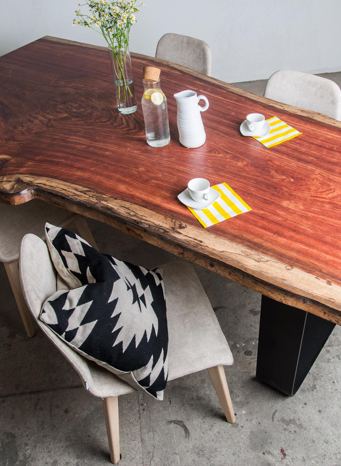 holztisch mit rinde finest aus einem baumstamm von. Black Bedroom Furniture Sets. Home Design Ideas